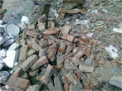 zmieszany gruz betonowy z ceglanym zawierający powierzchowne i nieduże zanieczyszczenia.