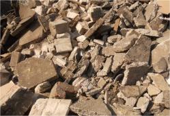 zmieszany gruz betonowy z ceglanym i małą zawartością ceramiki
